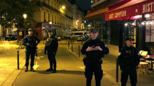 La policía francesa aseguró una calle después de que un hombre matara a un transeúnte en un ataque con arma blanca e hiriera a otros cuatro antes de ser dado de baja por la policía, según las autoridades francesas en París, Francia, el 12 de mayo de 2018.