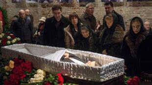 Dernier hommage à Boris Nemtsov, dont la dépouille repose au centre Sakharov, à Moscou, avant d'être mis en terre, le 03 mars 2015.