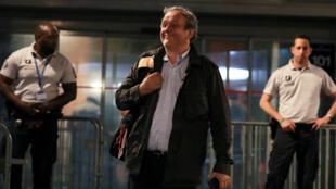 Michel Platini, salió sonriente de la delegación policial en donde permaneció detenido por un presunto caso de corrupción relacionado con la Copa del Mundo Qatar 2022.