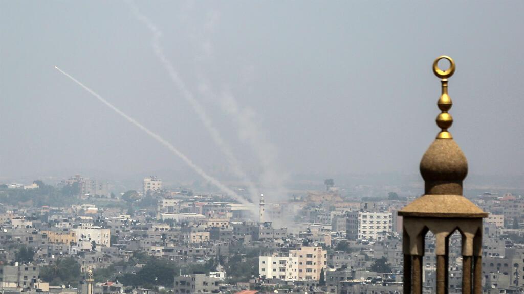 دخان يتصاعد من إطارات مشتعلة خلال تظاهرات فلسطينية على الحدود بين إسرائيل وقطاع غزة في 13 تموز/يوليو 2018