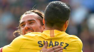 Antoine Griezmann célèbre son but pour le FC Barcelone avec son coéquipier Luis Suarez.