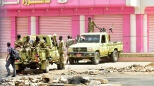 جنود سودانيون في شارع بالخرطوم بتاريخ 9 حزيران/يونيو 2019