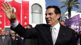 Archivo: el presidente de Túnez, Zine al-Abidine Ben Ali, saluda a sus partidarios después de prestar juramento en la Asamblea Nacional el 12 de noviembre de 2009.
