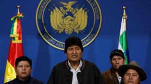 El presidente Evo Morales habla a la prensa en el hangar presidencial en la terminal de la Fuerza Aérea de Bolivia en El Alto, el 10 de noviembre de 2019.