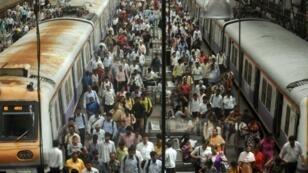 Los usuarios indios caminan en la plataforma de la estación de Churchgate, en Bombay, el 10 de julio de 2012.