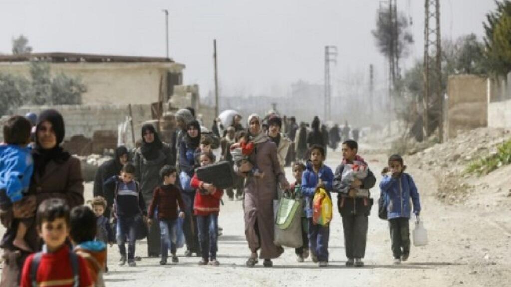 مدنيون يخرجون عبر الممر الذي فتحه الجيش السوري من حمورية في الغوطة الشرقية 15 آذار/مارس 2018.