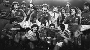 Le sélectionneur Michel Hidalgo et ses joueurs savourent leur triomphe à l'Euro-1984, le 27 juin au Parc des Princes à Paris