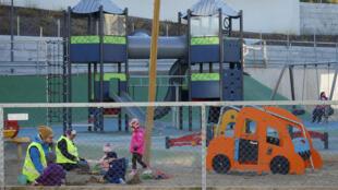 """La Norvège a commencé lundi à rouvrir ses """"barnehager"""", établissements qui englobent crèche et école maternelle, premier pas d'une levée lente et progressive des restrictions décrétées mi-mars."""
