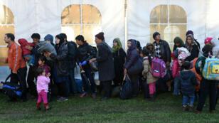 Des migrants font la queue dans le village autrichien de Kollerschlag à la frontière avec l'Allemagne, le 30 octobre 2015.
