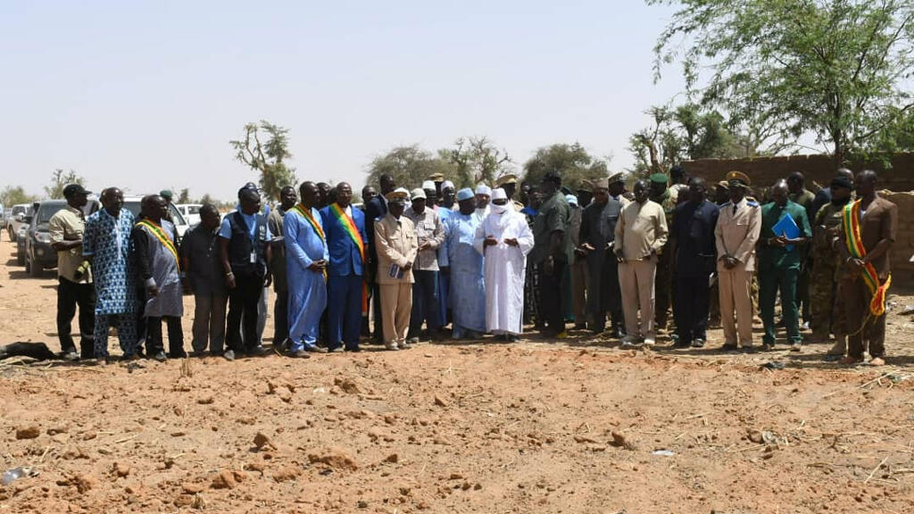El presidente de Mali, Ibrahim Boubacar Keita, visita una una fosa común después del ataque de hombres armados en Ogossagou, Mali, el 25 de marzo de 2019.