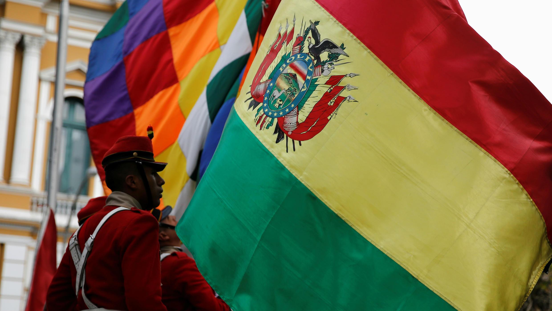 Miembros de la guardia presidencial boliviana levantan las banderas en la plaza Murillo en La Paz, Bolivia, 29 de octubre de 2019.