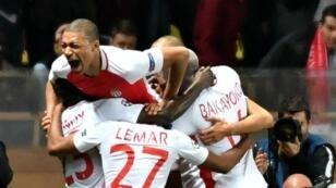 فرحة لاعبي موناكو بتأهلهم للدور ربع النهائي من دوري أبطال أوروبا لكرة القدم
