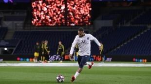 L'attaquant brésilien du Paris-SG, Neymar, à l'échauffement avant le coup d'envoi du 8e de finale aller de la Ligue des champions face à Dortmund, au Parc des Princes, le 11 mars 2020
