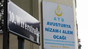 """Vista de la placa de la mezquita """"Nizam-i Alem"""" en el décimo distrito de Viena, una de las siete mezquitas que el gobierno austriaco anunció que cerrarían. 8 de junio de 2018."""