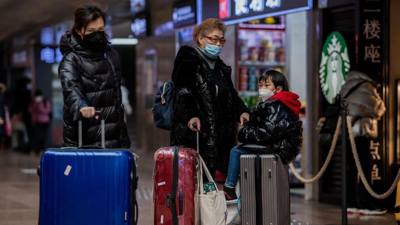Viajeros con máscaras protectoras en una estación de tren en Beijing, 24 de enero de 2020.