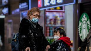 مواطنون صينيون يرتدون قناعا واقيا في إحدى محطات القطار في العاصمة بكين. 24 يناير/كانون الثاني 2020.