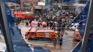قوى أمن وأجهزة إنقاذ بموقع انفجار عبوة قرب مقر الشرطة في لاهور في 17فبراير 2015