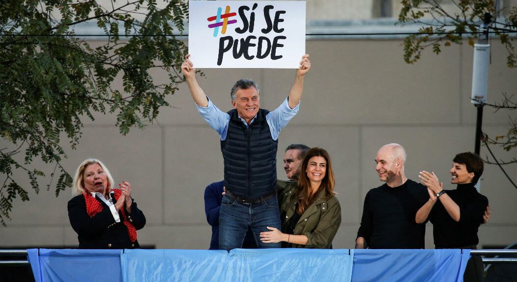 """Archivo-El presidente de Argentina, Mauricio Macri, sostiene un cartel con el mensaje """"sí se puede"""", junto a la primera dama Juliana Awada, en un mitin de campaña en Buenos Aires, Argentina, el 28 de septiembre de 2019."""
