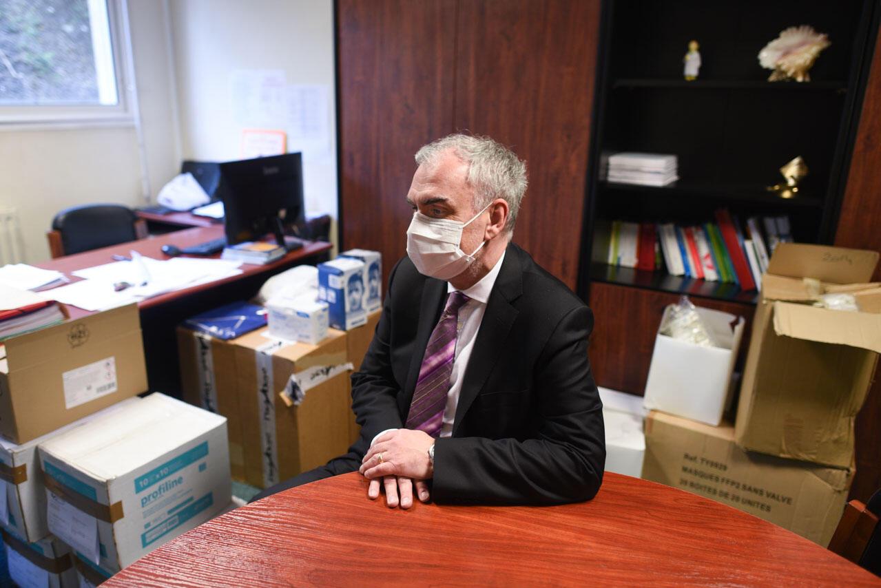 Le directeur de la clinique de l'Estrée, Gorka Noir, est assis dans son bureau encombré de boites de matériels, et notamment des masques. Le bureau du directeur est l'une des pièces fermées à clef utilisées pour le stockage de des masques et des blouses, devenus précieux en temps de pénurie.