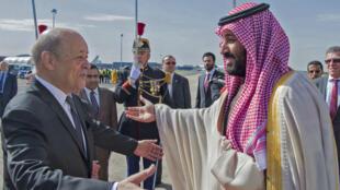 Le ministre des Affaires étrangères français, Jean-Yves Le Drian, a accueilli Mohammed ben Salmane à son arrivée au Bourget, le 8 avril 2018.