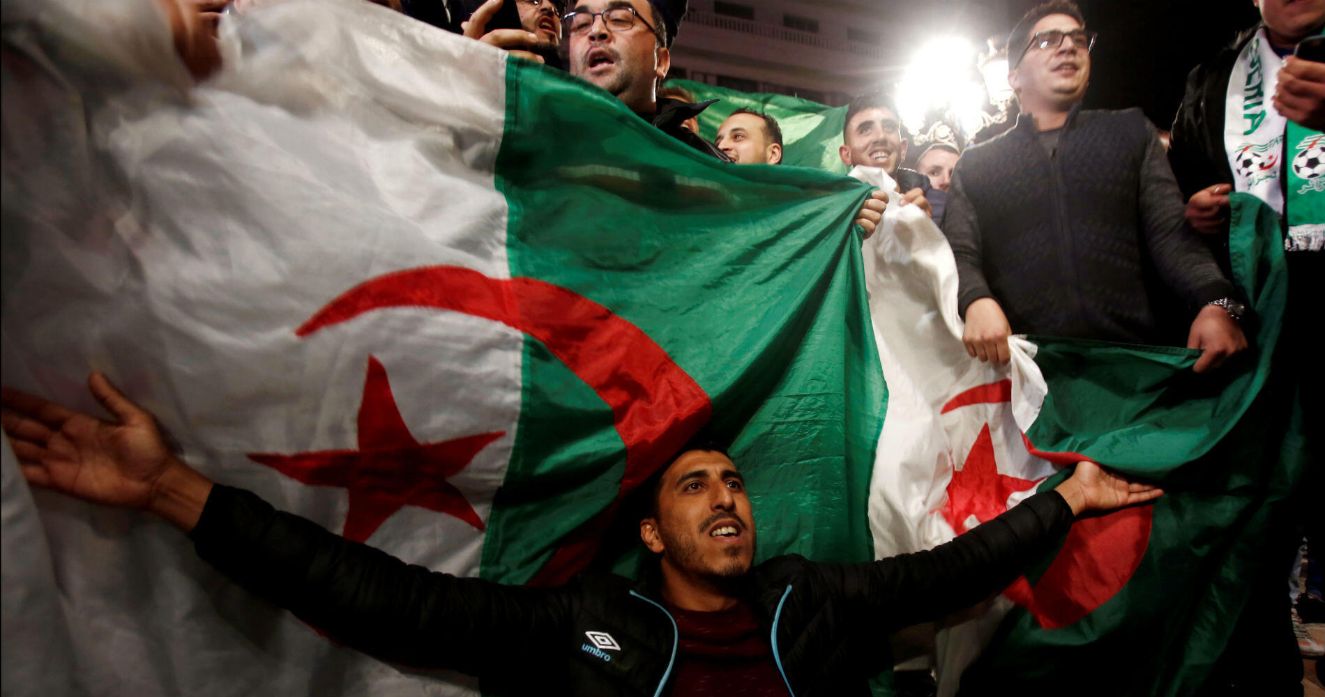 """Beaucoup d'Algérois ont répété leur détermination à continuer de manifester malgré cette démission, refusant la transition prévue par la Constitution qui laisse aux commandes les acteurs du """"système""""."""