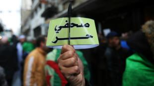 """Des journalistes algériens manifestent pour la liberté de la presse, brandissant des pancartes portant l'inscription """"Journalistes libres"""", le 15 novembre 2019, à Alger."""