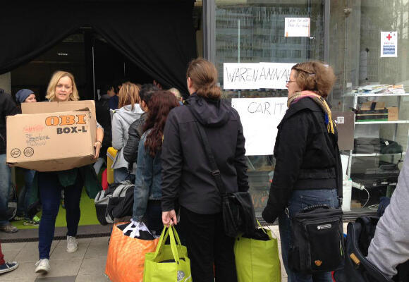 People queue to donate clothes and other items at Hauptbahnhof station in Vienna. (Photo: Fernande van Tets)