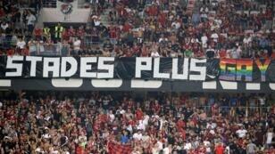 """Pendant Nice-Marseille le 28 août 2019, des supporters ont déplié une banderole sur laquelle on pouvait lire: """"LFP/Instance: des parcages pleins pour des stades plus gay"""","""