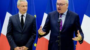 El comisario europeo Phil Hogan habla en presencia del ministro de Economía francés, Bruno Le Maire, durante una rueda de prensa conjunta tras una reunión que mantuvieron el 7 de enero de 2020 en París