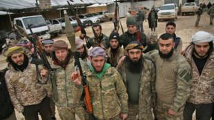 Des combattants syriens appuyés par la Turquie lors d'un entraînement dans la province d'Alep, à quelques kilomètres de zones controlées par la coalition emmenée par les Kurdes.