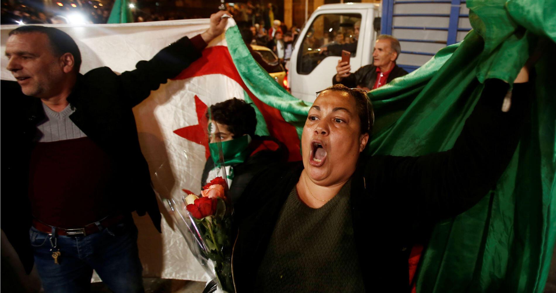 """Souvent joyeux, parfois émus, nombre d'Algérois se donnent rendez-vous pour un septième vendredi consécutif de manifestation, pour faire chuter """"tout le système""""."""