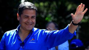 El presidente de Honduras y candidato del Partido Nacional Juan Orlando Hernández saluda durante su mitin de cierre de campaña antes de las próximas elecciones presidenciales.