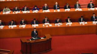El primer ministro de China, Li Keqiang, habla en la sesión de apertura de la legislatura en el Parlamento chino, en Pekín, el 22 de mayo de 2020