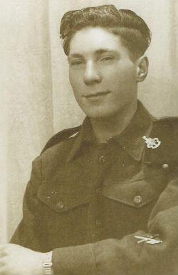 Le vétéran Kenneth Smith à l'âge de 18 ans. Il a débarqué un an plus tard en Normandie en juin 1944. Il a fait partie de la 43e division d'infanterie britannique (Wessex).