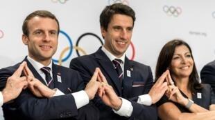 إيمانويل ماكرون وآن هيدالغو، يتوسطهم أحد رؤساء اللجنة المنظمة لملف أولمبياد باريس 2024
