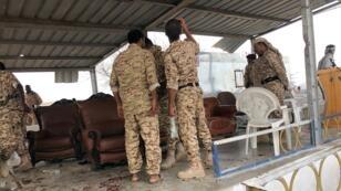 Este jueves, 10 de enero, soldados inspeccionan la escena de un ataque con aviones no tripulados (drones) Houthi durante el desfile militar del Gobierno yemení, en la base aérea de al-Anad, provincia de Lahaj.