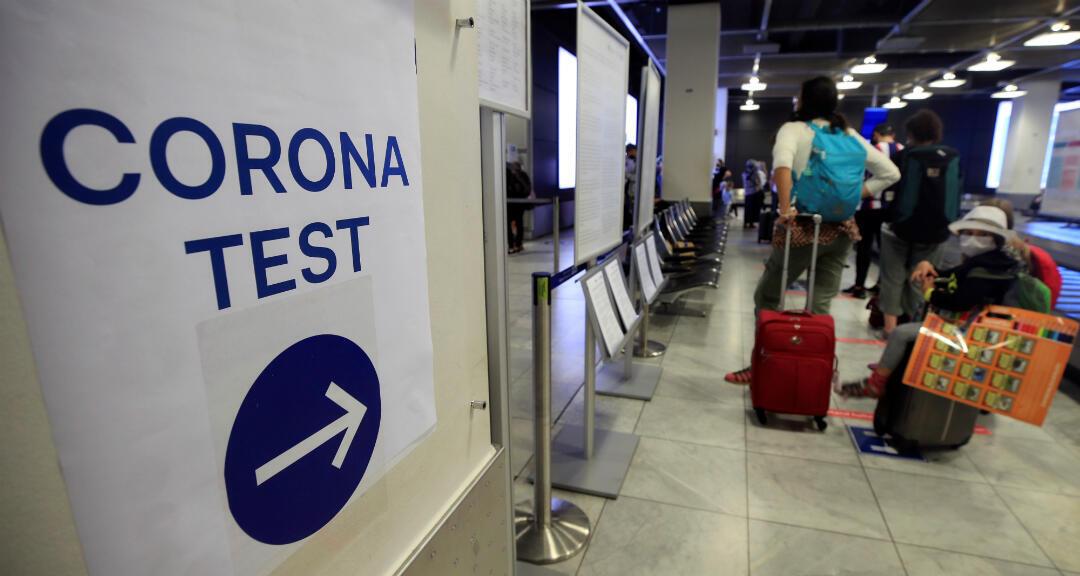 Viajeros ingresan a una sala para realizarse un test de coronavirus en el aeropuerto de Duesseldorf, Alemania, el 27 de julio de 2020.