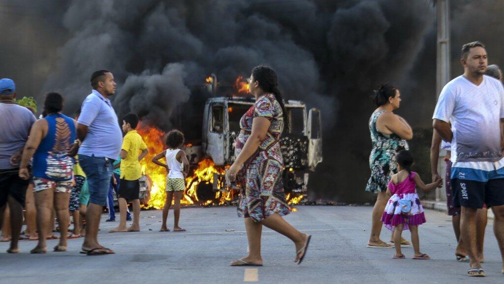 Foto publicada por el medio brasileño O Povo que muestra un camión en llamas durante una ola de violencia en el estado de Ceará, el 3 de enero de 2019.