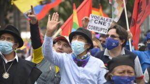 El candidato presidencial ecuatoriano Yaku Pérez (C) saluda a sus partidarios  mientras participa en una manifestación frente al Consejo Nacional Electoral de Quito, el 11 de febrero de 2021