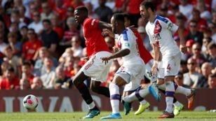 الفرنسي بول بوغبا بقميص مانشستر يونايتد الأحمر في مباراة ضد كريستال بالاس، 24 أغسطس/آب 2019.