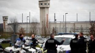Policías en las afueras de la cárcel de Condé-sur-Sarthe, Francia, este 5 de marzo de 2019.