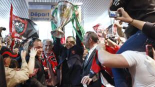 Le président du RC Toulon, Mourad Boudjellal, soulève la coupe d'Europe après la victoire de Toulon contre Clermont, le 16 mai 2013.