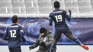 Le jeune attaquant marseillais Ahmadou Dieng (N.19) célèbre son but avec Florian Thauvin lors de la victoire de l'OM à Auxerre, le 10 février 2021