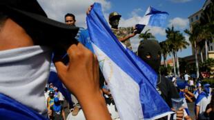 Manifestantes participan en una protesta contra el presidente del Gobierno de Nicaragua, Daniel Ortega, en Managua, Nicaragua, el 16 de marzo de 2019.