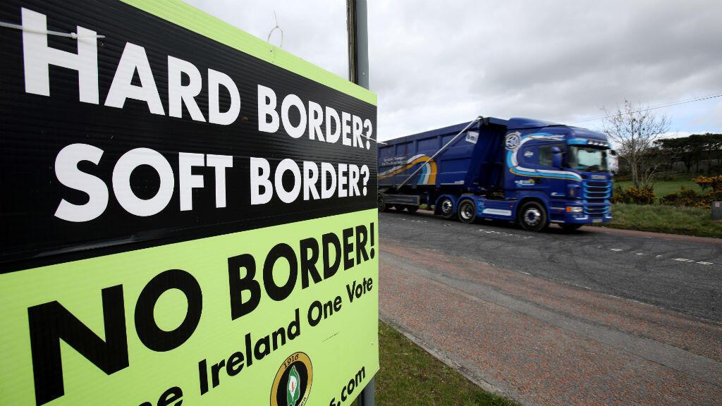 """Un camión pasa al lado de un afiche que dice """"No a la frontera"""" en la zona fronteriza entre Irlanda e Irlanda del Norte, en Jonesborough, Reino Unido, el 25 de marzo de 2019."""