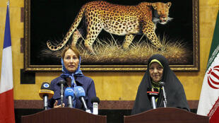 La ministre française de l'environnement, Ségolène Royal, aux côtés de la vice-présidente iranienne, Massoumeh Ebtekar, à Téhéran, le 28 août 2016.