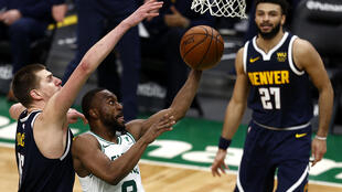 Nikola Jokic (izquierda), de los Denver Nuggets, intenta taponar a Kemba Walker, de los Boston Celtics, en el partido de la jornada del martes de la NBA.