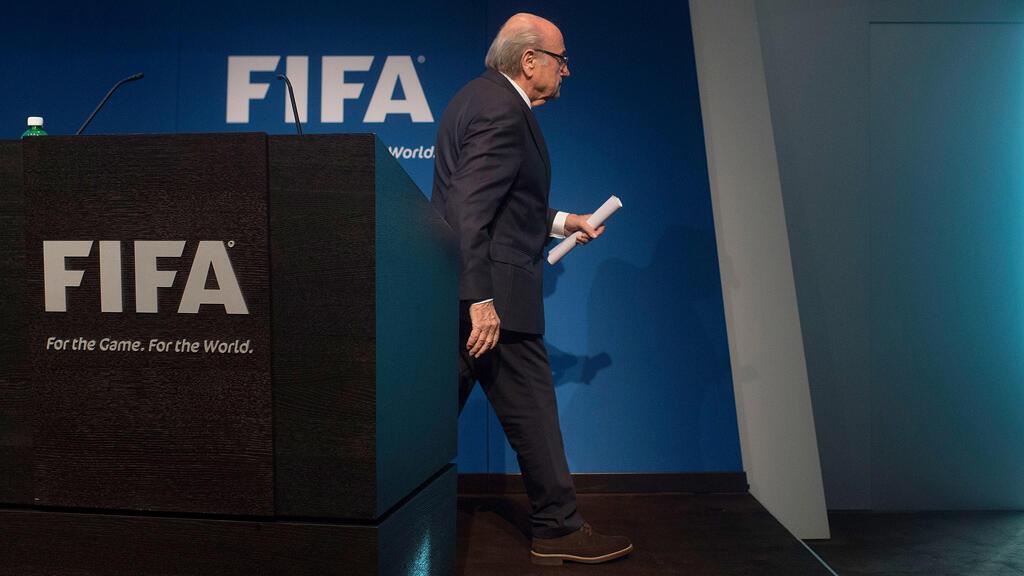 بلاتر يغادر بعد مؤتمر صحافي في زوريخ أعلن فيه استقالته