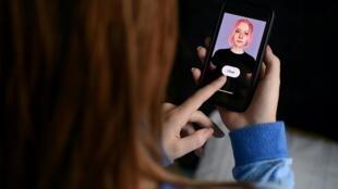 """Un """"ami virtuel"""" créé avec une application utilisant l'intelligence artificielle sur un écran de smartphone, le 30 avril 2020 à Arlington"""