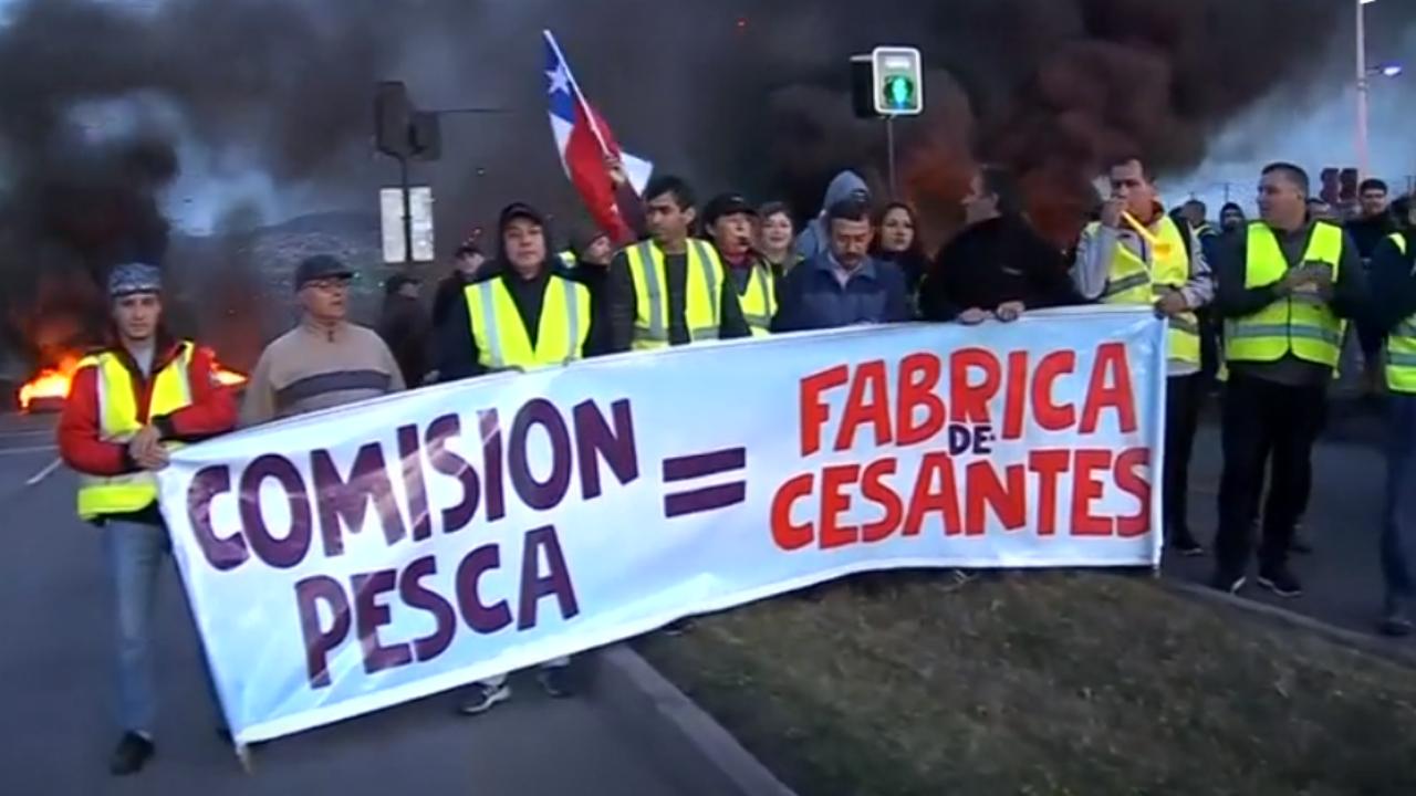 """Un grupo de pescadores chilenos se manifiestan luego de que el gobierno de Sebastián Piñera presentara modificaciones al proyecto de """"Ley de la jibia""""."""